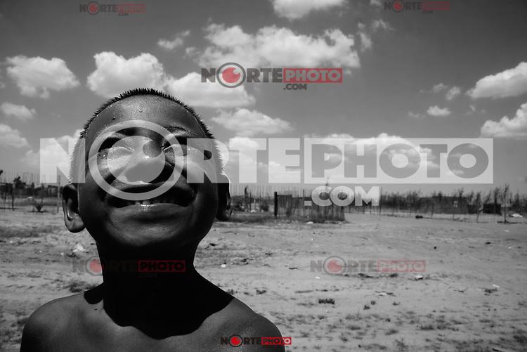 Niño de la costa mirando al cielo. Smile, sonreír, Pobreza.  calle 12 o poblado Miguel Aleman,