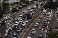 SAO PAULO, 24 DE JULHO DE 2012 - TRANSITO SP - Transito intenso nas Avenidas 23 de maio e Nove de Julho, nos dois sentidos, altura do viaduto do cha, regiao central da capital no fim da tarde desta terca feira. FOTO ALEXANDRE MOREIRA - BRAZIL PHOTO PRESS
