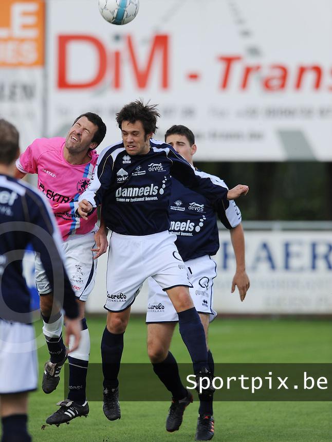 KVC Wingene - KSV Bredene : kopduel tussen Mattias Van Holm (rechts) en Dieter Clinck.FOTO VDB / BART VANDENBROUCKE