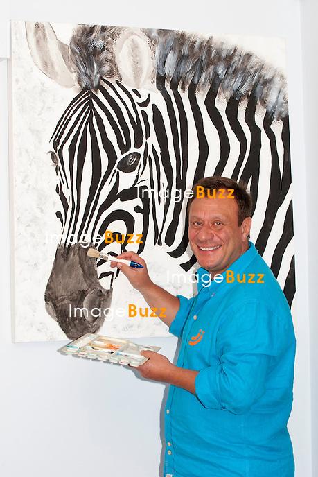Jean-Denis Lejeune présente son nouveau bonheur, Alao Kasongo. .On connait le père de Julie dramatiquement disparue dans la sordide affaire Dutroux, et le porte-parole d' Ojectif Ô, mais on en sait finalement très peu sur l' homme. Amour, amitiés, passions, engagement : Jean-Denis Lejeune  nous ouvre pour la première fois, les portes de son intimité dans sa maison. Jean-Denis Lejeune s'est découvert une passion pour la peinture..19 juin 2012. PHOTOS EXCLUSIVES.