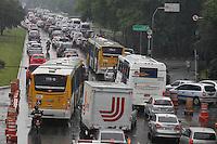 FOTO EMBARGADA PARA VEICULOS INTERNACIONAIS. SAO PAULO, SP, 12-11-2012, TRANSITO. Com a chuva que cai sobre Sao Paulo na manha dessa Segunda feira (12) o transito esta complicado no corredor norte sul. Luiz Guarnieri/ Brazil Photo Press