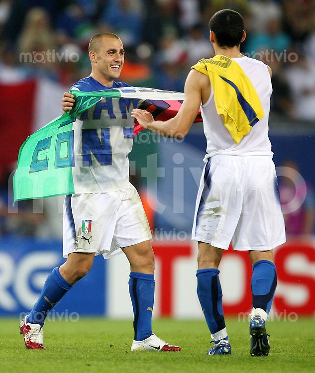 Fussball WM 2006   Viertelfinale    Italien - Ukraine Fabio CANNAVARO (li) und Gianluca ZAMBROTTA (re, beide ITA) jubeln nach dem Abpfiff mit der Fahne Italiens