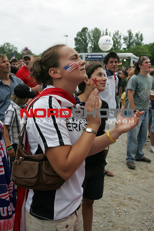 FIFA WM 2006 -  Fan Meile Nuernberg<br /> <br /> <br /> <br /> USA - Ghana<br /> <br /> <br /> <br /> Kerry Rigas (23) feuert ihr Team an.<br /> <br /> <br /> <br /> Foto: nordphoto
