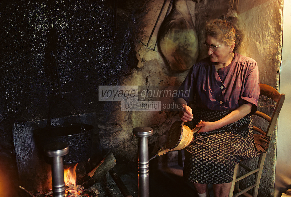 """Europe/France/Auvergne/15/Cantal/env de Saint Cernin: lieu dit Lacan fermière dans son """"cantou"""" partie de la cheminée équipée d'un banc ou la température est plus clémente [Non destiné à un usage publicitaire - Not intended for an advertising use] [[<br /> PHOTO D'ARCHIVES // ARCHIVAL IMAGES<br /> FRANCE 1980"""