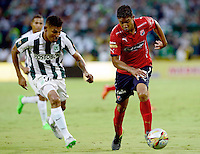 MEDELLÍN -COLOMBIA-13-12-2015: Alexander Mejia (Izq.) jugador de Atlético Nacional disputa el balón con Christian Marrugo (Der.) jugador de Independiente Medellin durante partido de vuelta entre Atletico Nacional e Independiente Medellin por las semifinales de la Liga Aguila II 2015, jugado en el estadio Atanasio Girardot de la ciudad de Medellin. / Alexander Mejia (L) player of Atletico Nacional fights for the ball with Christian Marrugo (R) player of Independiente Medellin during a match for the second leg between Atletico Nacional and Independiente Medellin  for the semifinals of the Liga Aguila II 2015 at the Atanasio Girardot stadium in Medellin city. Photo: VizzorImage/León Monsalve/ Str