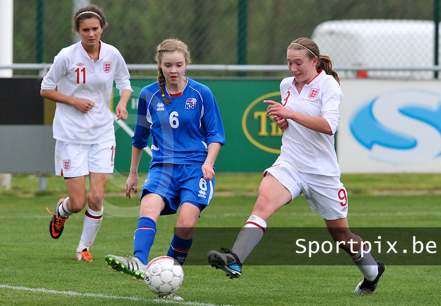 UEFA Women's Under 17 Championship - Second Qualifying round - group 1 : England - Iceland : .Andrea Hauksdottir aan de bal voor Lucy Whipp.foto DAVID CATRY / Vrouwenteam.be