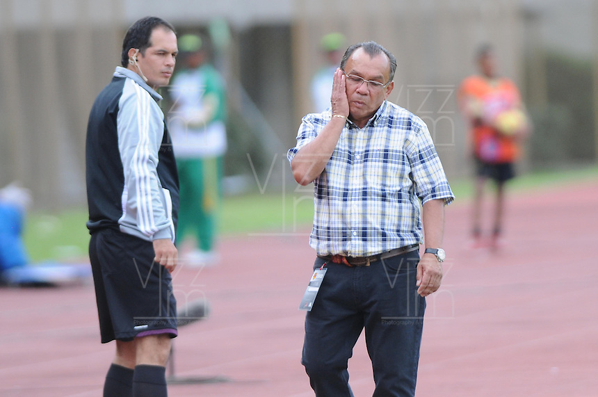 ITAGÜÍ -COLOMBIA-17-08-2013. Jorge Luis Bernal técnico de Itagui gesticula durante partido contra Nacional válido para la  fecha 4 de la Liga Postobón II 2013 jugado en el Estadio Ditaires Ciudad de Itagüi./ Itagui coach Jorge Luis Bernal gestures during match against Nacional or the 4th date of the Postobon League II 2013 at Ditaires stadium in Itagüi city.  Photo:VizzorImage/Luis Ríos/STR