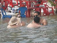PORTO DE GALINHAS, PE, 29.12.2013 - CLIMA TEMPO / VERAO / PERNAMBUCO - Movimentacao de Banhistas na Praia do Muro em Porto de Galinhas, litoral de Pernambuco neste domingo, 29. (Foto: Antonio Ledes / Brazil Photo Press).