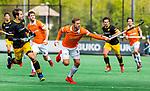 BLOEMENDAAL - Roel Bovendeert (Bldaal) met links Austin Smith (Den Bosch)   tijdens de hoofdklasse competitiewedstrijd hockey heren,  Bloemendaal-Den Bosch (2-1).  COPYRIGHT KOEN SUYK