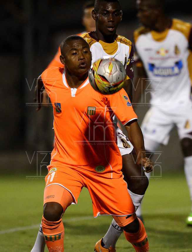ENVIGADO -COLOMBIA-08-02-2015. Faider F. Burbano (Izq) de Envigado FC disputa el balón con Didier Delgado (Der) de Deportes Tolima durante partido por la fecha 2 de la Liga Águila I 2015 realizado en el Polideportivo Sur de la ciudad de Envigado./ Faider F. Burbano (L) of Envigado FC fights for the ball with Didier Delgado (R) of Deportes Tolima during match for the second date of the Aguila League I 2015 at Polideportivo Sur in Envigado city.  Photo: VizzorImage/León Monsalve/STR