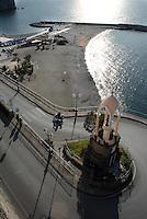 Il tempietto davanti al porto con la copia della statua di Santa Maria del Lauro a cui le navi da crociera dedicano l'inchino.