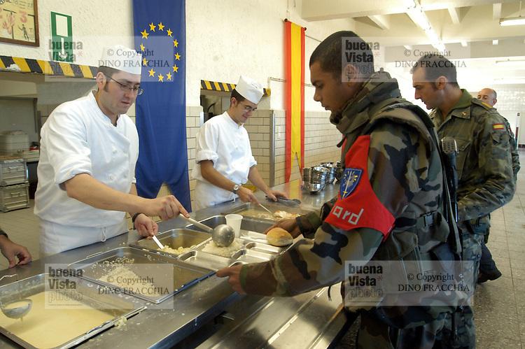 - Eurocorps, European multinational army corps, French and Spanish soldiers in refectory....- Eurocorps, corpo militare multinazionale europeo, militari..francesi e spagnoli in mensa..