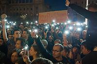 UNGARN, 09.04.2017, Budapest - V. Bezirk. Demonstration gegen den Beschluss der Fidesz-Regierung, den Weiterbetrieb der von George Soros finanzierten und fuer ihre Liberalitaet und Weltoffenheit bekannte. Zentraleuropaeishcen Universitaet CEU legislativ zu verunmoeglichen. -Die Abschlusskundgebung auf dem Kossuth-Platz geht in eine Belagerung des Parlaments ueber. &quot;Nicht die CEU muss man (ein)sperren, sondern Orb&aacute;n!&quot; Handyleuchten. | Demonstration against the Fidesz government's decision to legally make it impossible to further uphold the Central European University, financed by George Soros and known for its liberal and cosmopolitan spirit. -The final manifestation on Kossuth square turns into a siege of the parliament building. &quot;Not the CEU should be closed (away) but Orban!&quot; Cellphone lighting. <br /> &copy; Martin Fejer/EST&amp;OST