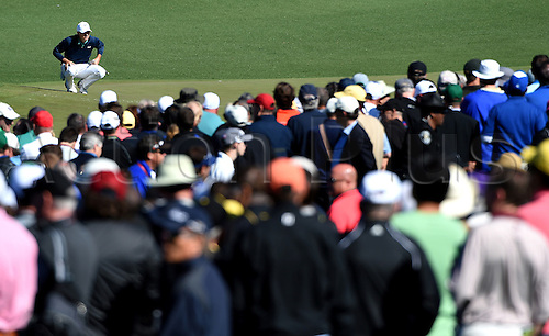 07.04.2016. Augusta, GA, USA. The gallery overflows at the 2nd green as Jordan Spieth, top left, lines up his putt during the first round of the Masters Golf Tournament on Thursday, April 7, 2016, at Augusta National Golf Club in Augusta, Ga