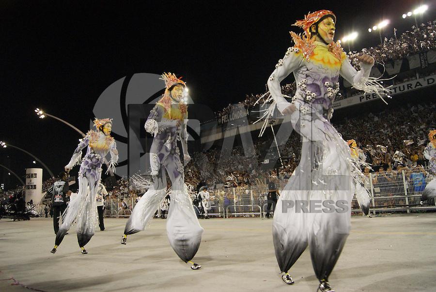 SÃO PAULO, SP, 13 DE FEVEREIRO DE 2010 - CARNAVAL 2010 SP / GAVIÕES DA FIEL - Desfile das escolas de samba de São Paulo do grupo especial, a quinta escola a entrar na avenida no segundo dia de desfiles é a Gaviões da Fiel que traz no enredo Corinthians... Minha vida, minha história, meu amor. No Sambódromo do Anhembi na região norte da capital paulista.  FOTO: WILLIAM VOLCOV / BRAZIL PHOTO PRESS