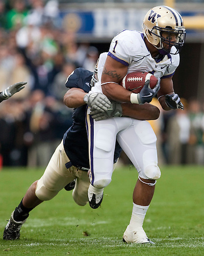 October 3, 2009:  Washington running back Chris Polk in action during the NCAA Football game between the Notre Dame Fighting Irish and the Washington Huskies at Notre Dame Stadium in South Bend, IN.  Notre Dame defeated the Washington 37-30 in OT...