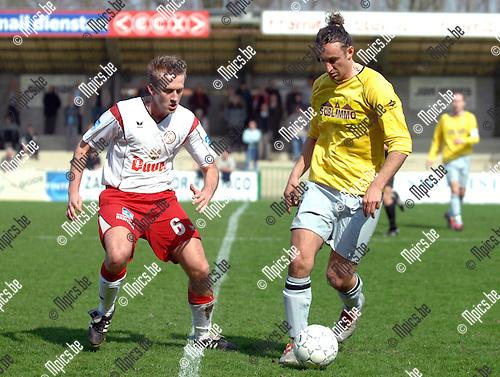 2007-04-01 / KVC Willebroek-Meerhof - Verbroedering Meerhout: Kevin Leemans van Willebroek (links) kijkt toe hoe Oguz Ozcan van Meerhout de bal controleert
