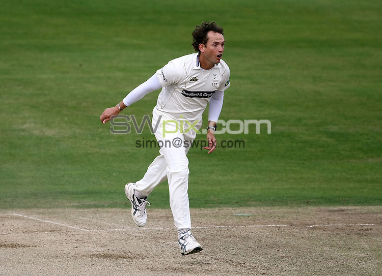 PICTURE BY VAUGHN RIDLEY/SWPIX.COM - Cricket - LV County Championship - Yorkshire v Hampshire, Day 3 - Headingley, Leeds, England - 25/09/09...Copyright - Simon Wilkinson - 07811267706...Yorkshire's Deon Kruis bowls in his last innings for Yorkshire before retiring.
