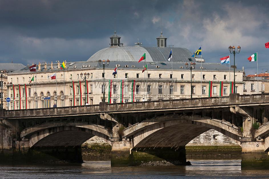 Europe/France/Aquitaine/64/Pyrénées-Atlantiques/Pays-Basque/Bayonne: Pont Saint-Esprit et Hôtel de Ville