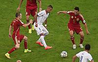 FUSSBALL WM 2014  VORRUNDE    Gruppe B     Spanien - Chile                           18.06.2014 Andres Iniesta (li) und Koke Resurreccion (re, beide Spanien) gegen Arturo Vidal (Chile)