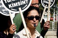 CYP55. NICOSIA (CHIPRE), 02/03/2011.- Una mujer participa en la protesta realizada durante la huelga general convocada por los principales sindicatos turco-chipriotas contra la injerecia de Turquía, en Nicosia, norte de Chipre, el 2 de marzo de 2011. Los transportes, los servicios y la actividad económica del norte de Chipre fueron suspendidos en una nueva protesta contra lo que muchos turco-chipriotas ven como una amenaza a su identidad. EFE/Katia Christodoulou