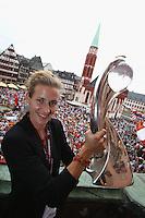 FRANKFURT, ALEMANHA, 29.07.2013 - CELEBRAÇÃO EURO FEMININA 2013 - Simone Laudehr jogadora da Alemanha celebra a conquista da Euro 2013 de Futebol Feminino na região central de Frankfurt na Alemanha nesta segunda-feira, 29. (Foto: Pixathlon / Brazil Photo Press).