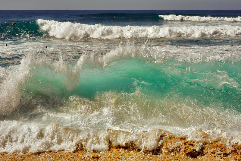 Ocean waves at Makaha Beach Park. Ko Olina, Oahu, Hawaii