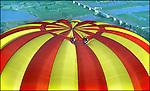 Recordvlucht boven oa de IJssel bij Harfsen met 's werelds grootste luchtballon. Bovenop zitten twee para's.