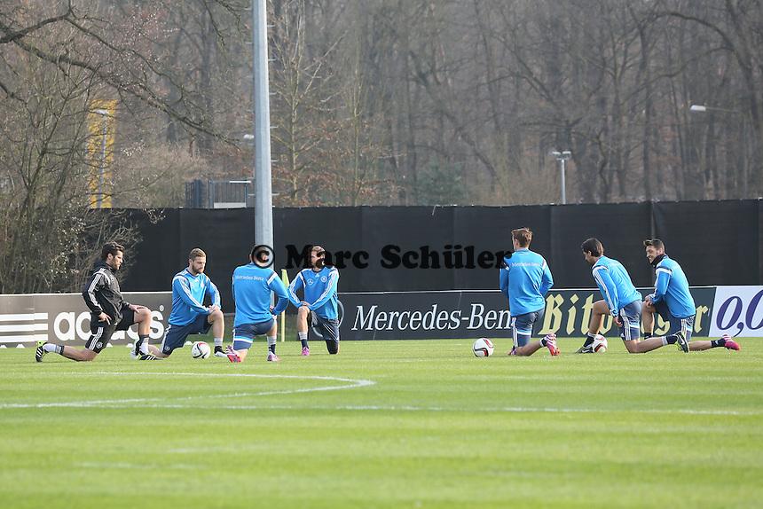 Shkodran Mustafi, Max Kruse, Benedikt Hoewedes, Jonas Hector, Sami Khedira und Mesut Oezil beim Aufwaermen - Training der Deutschen Nationalmannschaft in Frankfurt