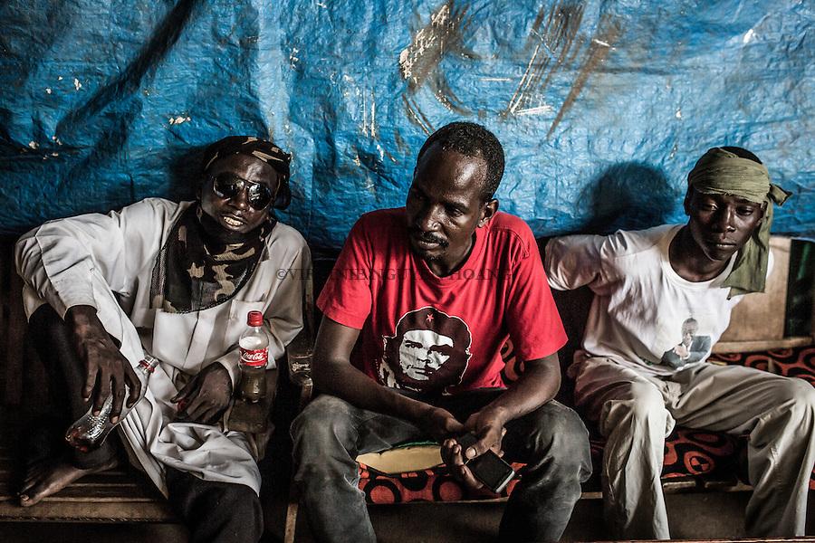 CAR, Bangui: Members of the auto-defense PK5 are having a rest in their headquarter as the heat is very strong on the 14th of April 2016.<br /> <br /> RCA, Bangui : Les membres de l'auto-d&eacute;fense du PK5 se reposent  car la chaleur est tr&egrave;s forte. 14 avril 2016