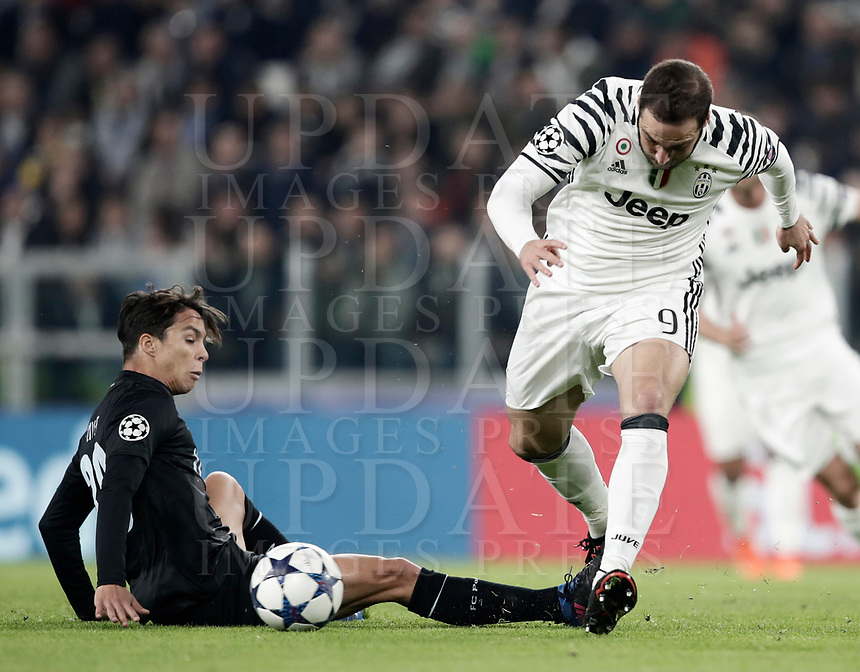 Juventus' Gonzalo Higuain, right, is tackled by Porto's Oliver Torres during the Champions League round of 16 soccer match against Porto at Turin's Juventus Stadium, 14 March 2017. Juventus won 1-0 (3-0 on aggregate) to reach the quarter finals.<br /> UPDATE IMAGES PRESS/Isabella Bonotto