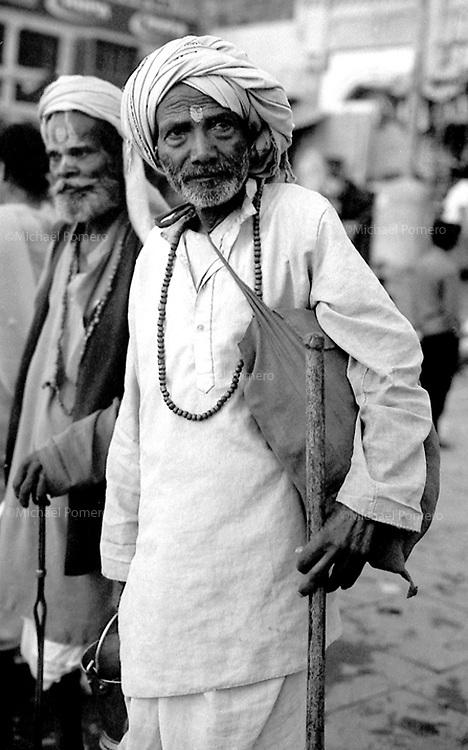 09.2006 Varanasi (Uttar Pradesh)<br /> <br /> Two sadhus in the main ghat.<br /> <br /> Deux sadhus sur le ghat principal.