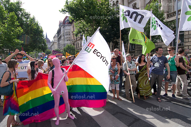 "UNGARN, 07.2014. Budapest - V. Bezirk. ""Budapest Pride"", jaehrlicher Aufzug der Homosexuellen, inzwischen ein Treffpunkt aller, die fuer eine feie, offene Gesellschaft eintreten. Auf Grund des Terrors der Rechtsextremen total von der Polizei abgeschirmt. Teilnehmer des liberal-gruenen Parteibuendnisses ""EGYÜTT-PM"". 