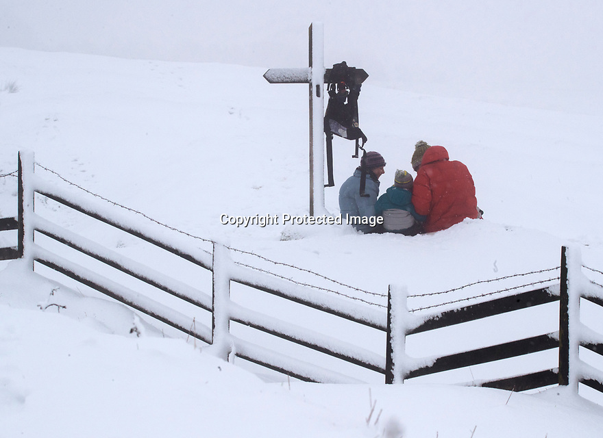 22/01/19<br /> <br /> A family sit down for a pic-nic beneath a way-marker on Mam Tor and near Castleton in the Derbyshire Peak District.<br /> <br /> All Rights Reserved, F Stop Press Ltd +44 (0)7765 242650  www.fstoppress.com rod@fstoppress.com