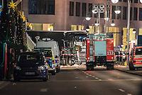 LKW rast in Berliner Weihnachtsmarkt.<br /> Am Abend des 19. Dezember 2016 fuhren Unbekannte mit einem LKW mit polnischen Kennzeichen in den Berliner Weihnachtsmarkt am Kurfuerstendamm und toeteten 12 Menschen, 48 wurden zum Teil schwer verletzt. Der Beifahrer wurde tot im Fuehrerhaus gefunden, der Fahrer fluechtete, wurde angeblich aber festgenommen. Ein Anschlag wird nicht ausgeschlossen, ermittelt wird jedoch in alle Richtungen.<br /> Im Bild: Ein Feuerwehrfahrzeug vor dem LKW. Auf der Beifahrerseite hat Dekoration vom Weihnachtsmarkt die Windschutzscheibe durchschlagen. <br /> 19.12.2016, Berlin<br /> Copyright: Christian-Ditsch.de<br /> [Inhaltsveraendernde Manipulation des Fotos nur nach ausdruecklicher Genehmigung des Fotografen. Vereinbarungen ueber Abtretung von Persoenlichkeitsrechten/Model Release der abgebildeten Person/Personen liegen nicht vor. NO MODEL RELEASE! Nur fuer Redaktionelle Zwecke. Don't publish without copyright Christian-Ditsch.de, Veroeffentlichung nur mit Fotografennennung, sowie gegen Honorar, MwSt. und Beleg. Konto: I N G - D i B a, IBAN DE58500105175400192269, BIC INGDDEFFXXX, Kontakt: post@christian-ditsch.de<br /> Bei der Bearbeitung der Dateiinformationen darf die Urheberkennzeichnung in den EXIF- und  IPTC-Daten nicht entfernt werden, diese sind in digitalen Medien nach §95c UrhG rechtlich geschuetzt. Der Urhebervermerk wird gemaess §13 UrhG verlangt.]