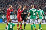 01.12.2018, Weser Stadion, Bremen, GER, 1.FBL, Werder Bremen vs FC Bayern Muenchen, <br /> <br /> DFL REGULATIONS PROHIBIT ANY USE OF PHOTOGRAPHS AS IMAGE SEQUENCES AND/OR QUASI-VIDEO.<br /> <br />  im Bild<br /> <br /> Christian Dingert ( Schiedsrichter / Referee) <br /> Thomas M&uuml;ller / Mueller (FC Bayern Muenchen #25)<br /> Ludwig Augustinsson (Werder Bremen #05)<br /> Yuya Osako (Werder Bremen #08)<br /> <br /> <br /> Foto &copy; nordphoto / Kokenge