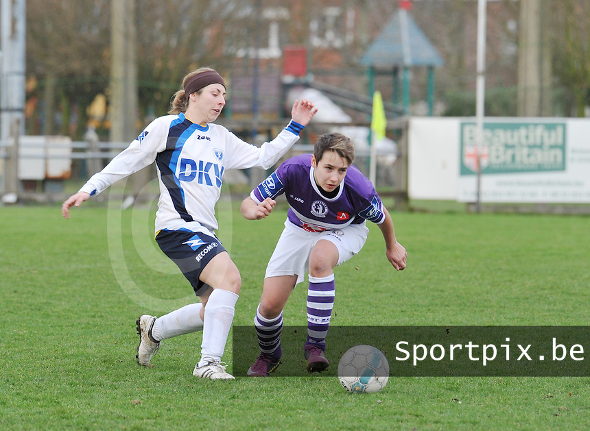 Beerschot AD - KVK Tienen : Julie Blanco in duel met Charlotte Andries.foto DAVID CATRY / JOKE VUYLSTEKE / Vrouwenteam.be