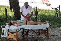RIO DE JANEIRO; RJ; 08 DE MARÇO 2013 - DIA INTERNACIONAL DA MULHER - Nesta sexta-feira (8), uma mulher ganha massagens na praia para comemorar o dia. FOTO: NÉSTOR J. BEREMBLUM - BRAZIL PHOTO PRESS.