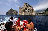 Ausflugsboot vor den Farglioni-Felsen, Capri, Italien