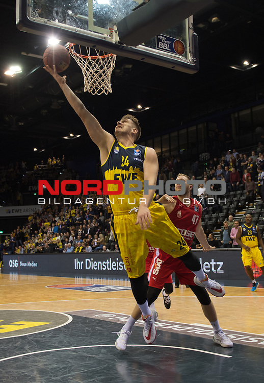 01.12.2019, EWE Arena, Oldenburg, GER, easy Credit-BBL, EWE Baskets Oldenburg vs Brose Bamberg, im Bild<br /> Rasid MAHALBASIC (EWE Baskets Oldenburg #24 ) Christian SENGFELDER (Brose Bamberg #43 )<br /> Foto © nordphoto / Rojahn