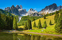 Oesterreich, Salzburger Land, Pongau, bei Filzmoos: Almsee vor dem Dachsteingebirge, Gosaukamm mit Grosse und Kleine Bischofsmuetze | Austria, Salzburger Land, Pongau, near Filzmoos: alpine pasture pond and Dachstein Mountain Range with Bischofsmuetze mountain