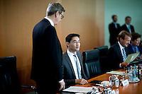 Aussenminister Guido Westerwelle (FDP) unterhaelt sich am Mittwoch (05.06.13) im Bundeskanzleramt in Berlin zu Beginn der  Kabinettssitzung mit Bundeswirtschaftsminister und Vizekanzler Philipp Roesler (FDP, r.).<br /> Foto: Axel Schmidt/CommonLens