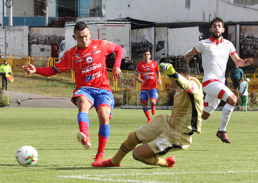 IPIALES - COLOMBIA, 14-07-2019: Gustavo Britos del Pasto disputa el balón con Leandro Castellanos arquero del Santa Fe durante partido por la fecha 1 de la Liga Águila II 2019 entre Deportivo Pasto e Independiente Santa Fe jugado en el estadio Estadio Municipal de Ipiales. / Gustavo Britos of Pasto struggles the ball with Leandro Castellanos goalkeeper of Santa Fe during match for the date 1 as part of Aguila League II 2019 between Deportivo Pasto and Independiente Santa Fe played at Municipal stadium of Ipiales.  Photo: VizzorImage / Leonardo Castro / Cont
