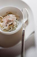 urope/France/Rhone-Alpes/74/Haute-Savoie/Megève: Spaghettide  salsifis, lard d'Arnad et truffe Melanosporum, recette d'Emmanuel Renaut dit Manu - Restaurant: Flocons de Sel - Route de Rochebrune