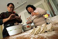 Li Fang (gauche) et Gao Cuilan (droite) préparent des jiaozi, des raviolis chinois, pour le déjeuner, à Baoshan, près de Shanghai, le 7 mai 2008. Leur génération a été élevée dans l'égalité des sexes prônée par Mao Zedong. Photo par Lucas Schifres/Pictobank