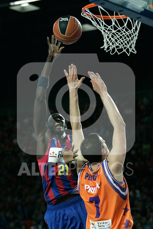 FC Barcelona's Boniface N'Dong (l) and Velencia Basket's Kosta Perovic during Spanish Basketball King's Cup match.(ALTERPHOTOS/Acero)