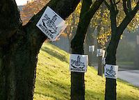 Moorburg Schilder: EUROPA, DEUTSCHLAND, HAMBURG, MOORBURG (EUROPE, GERMANY), 13.11.2012: Die Einwohner von Moorburg demonstrieren mit hunderten von schwarz weissen  Schildern gegen die vielen Belastungen die sie ertragen muessen. So kommt auf das 700 Seelen Dorf die Belastung durch das neue Kraftwerk, den Hafenschlick, die geplante neue Autobahn A26 und ab Dezember das neue Domizil von Sicherheitsverwahrten auf sie zu..