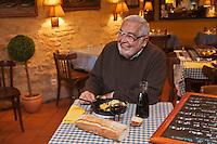 Europe/France/Aquitaine/24/Dordogne/Trémolat: Le Bistrot d'en face - Monsieur Giraudel, le propriétaire des lieux  et du Vieux Logis, raconte avec  truculence son pays.