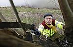 Foto: VidiPhoto<br /> <br /> ELST &ndash; Met het grootste gemak klimt de 64-jarige Leo Starink uit het Gelderse Elst vrijdag in een knotwilg om de beeldbepalende boom eens flink onder handen te nemen. Het is &eacute;&eacute;n van de honderden wilgen in het 1700 ha. grote Park Lingezegen tussen Arnhem en Nijmegen. Het voormalige landbouwgebied is omgevormd tot een enorm stadspark met -naast landbouw- natuur, cultuur en water. De knotwilgen rond Elst die behouden zijn gebleven vallen onder verantwoordelijkheid van Overbetuwe Groen Natuurlijk, waar Starink vrijwilliger is. Het knotseizoen is inmiddels losgebarsten. Zo lang het weer en de natuur het nog toelaat -zodra het broedseizoen begint mag er niet meer gesnoeid worden- zijn duizenden vrijwilligers in het hele land aan de slag om takken en scheuten van de wilgen te verwijderen. Als de takken te sterk worden gaat de boom splijten, met rotten en afsterven als gevolg. Knotten is de enige mogelijkheid om het oer-Hollandse landschap te behouden.