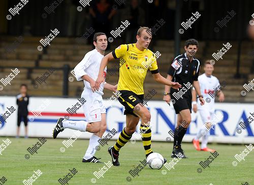 2013-09-01 / Voetbal / seizoen 2013-2014 / Berchem Sport - Sprimont / Verdediger Romeo Van Dessel (Berchem) rukt op.<br /><br />Foto: Mpics.be